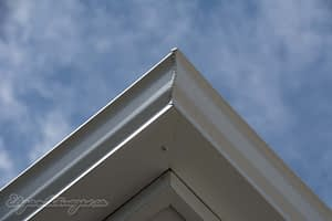 Miter corner on seamless eavestrough